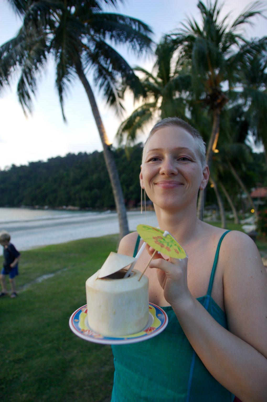 Fersk kokosnøtt på Pangkor Island var en hit. Og ja, kort hår er praktisk når du skal være på tur i en måned og mer!
