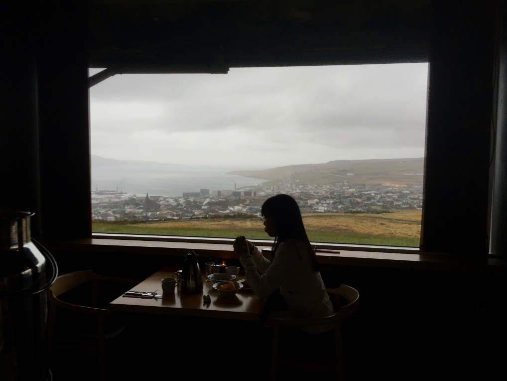 Frokostturist på hotellet ser på naturen