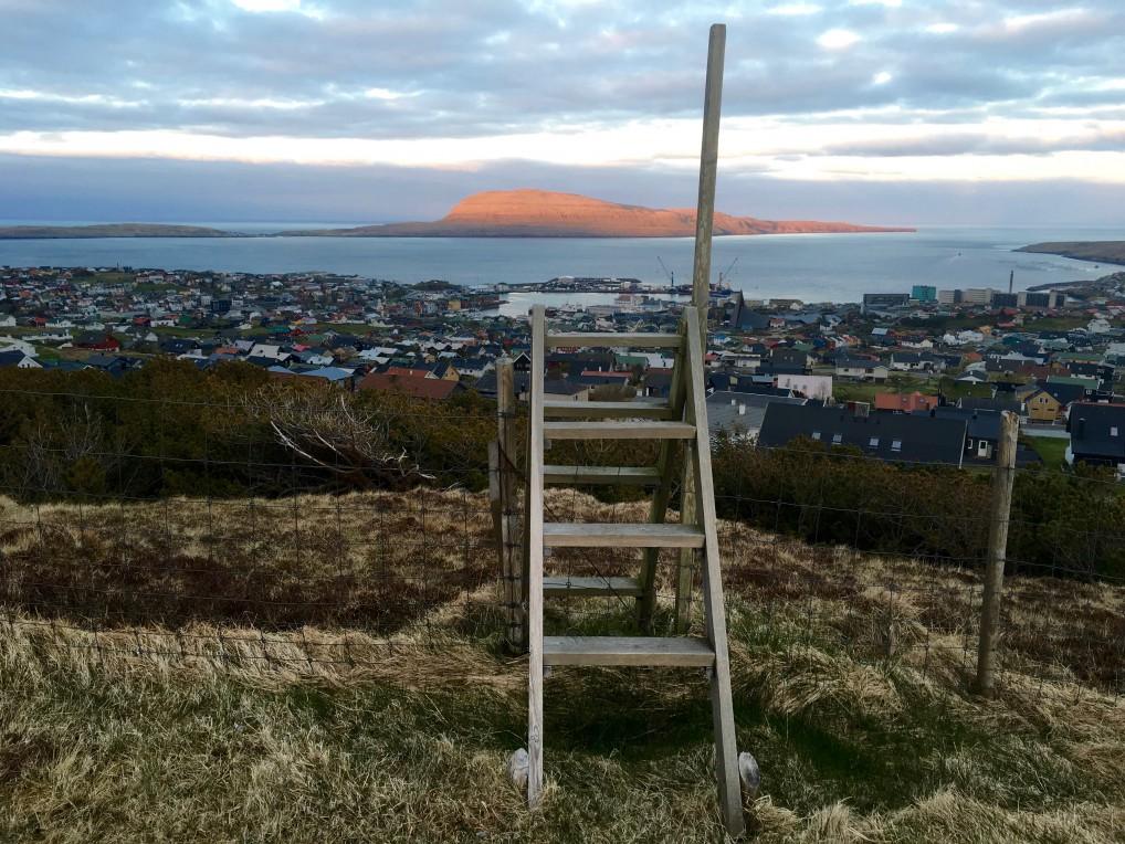 Utsikt fra hotellet til havet på Færøyene.