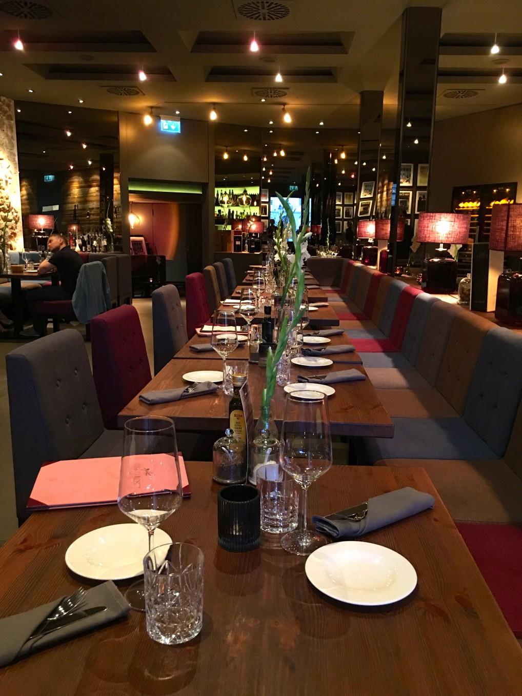 Interiør, bord og stoler og tallerkner fra restaurant