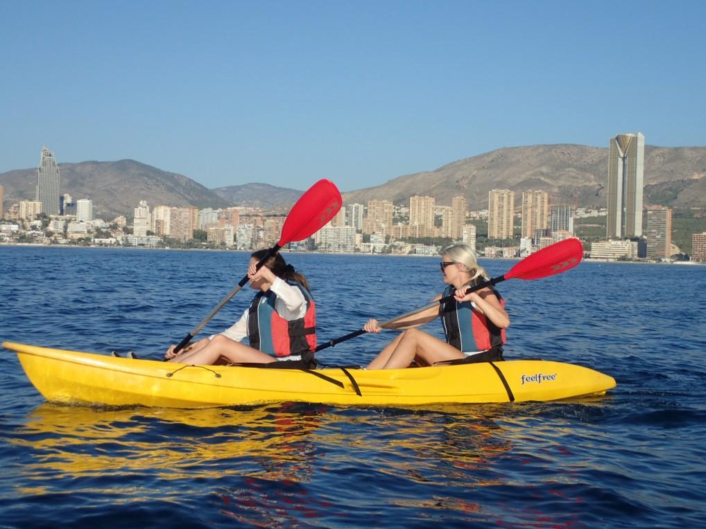 Storbyen i det fjerne for de danske bloggerne Sofie Eilersen og Julie von Lyck. (foto: capitan kayak)