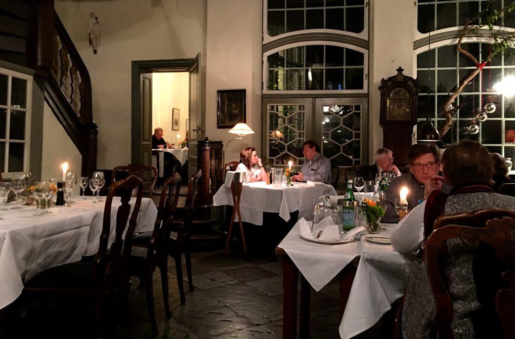 Schabbelhaus og hvite duker i restauranten.