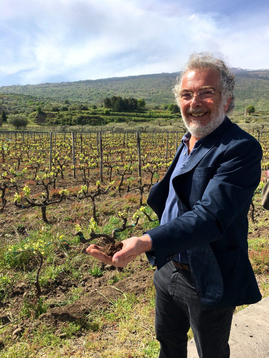 Giuseppe Tasca viser stolt frem jorden som gjør at viner fra Etna regnes som noen av Sicilias beste.