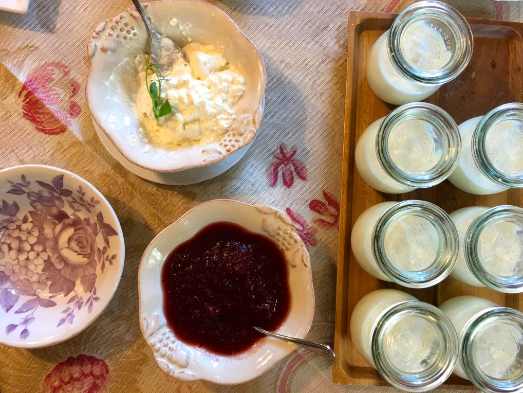 Frokost i Latvia på Liepupe Muiza, med hjemmelaget syltetøy og cottage cheese. Samt mye annet snadder.