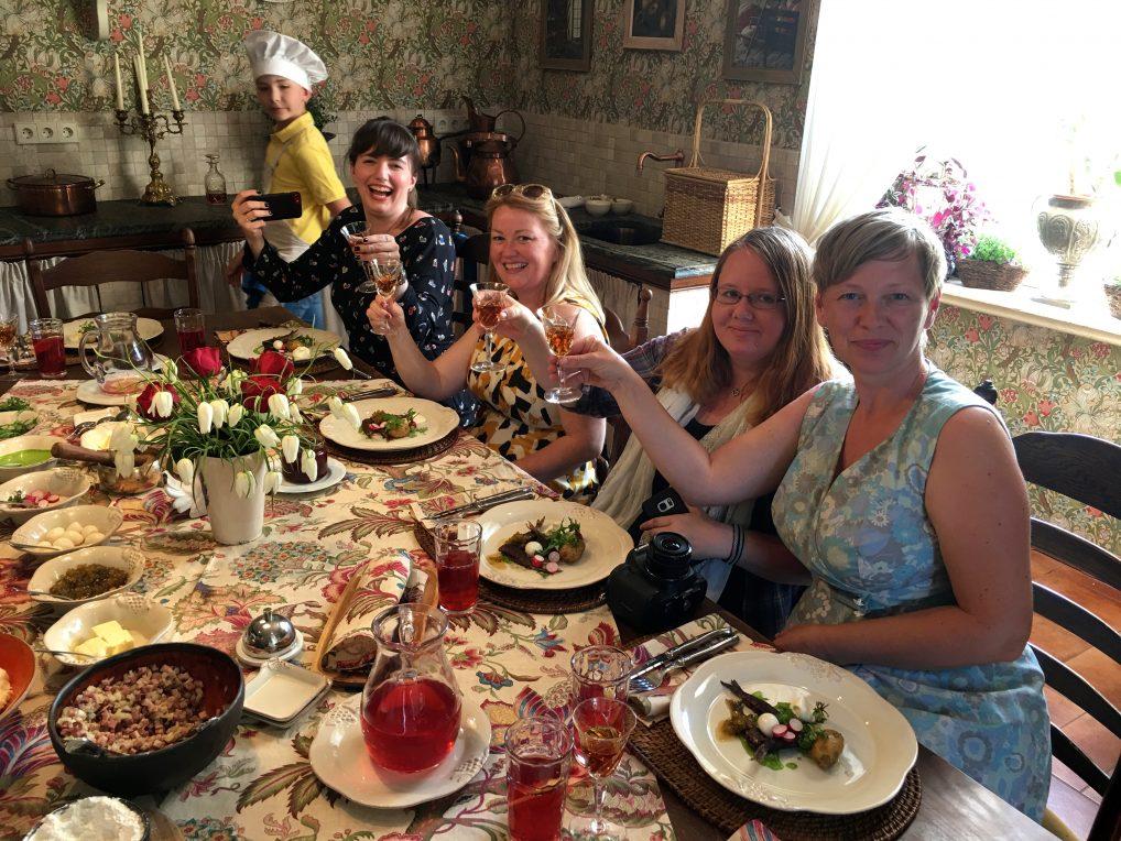 Eierens 9-år gamle kokkespire, Katarina Wolhfart, Annette Munkejord, Helena Gunnare og meg nyter en super lunsj med god drikke.