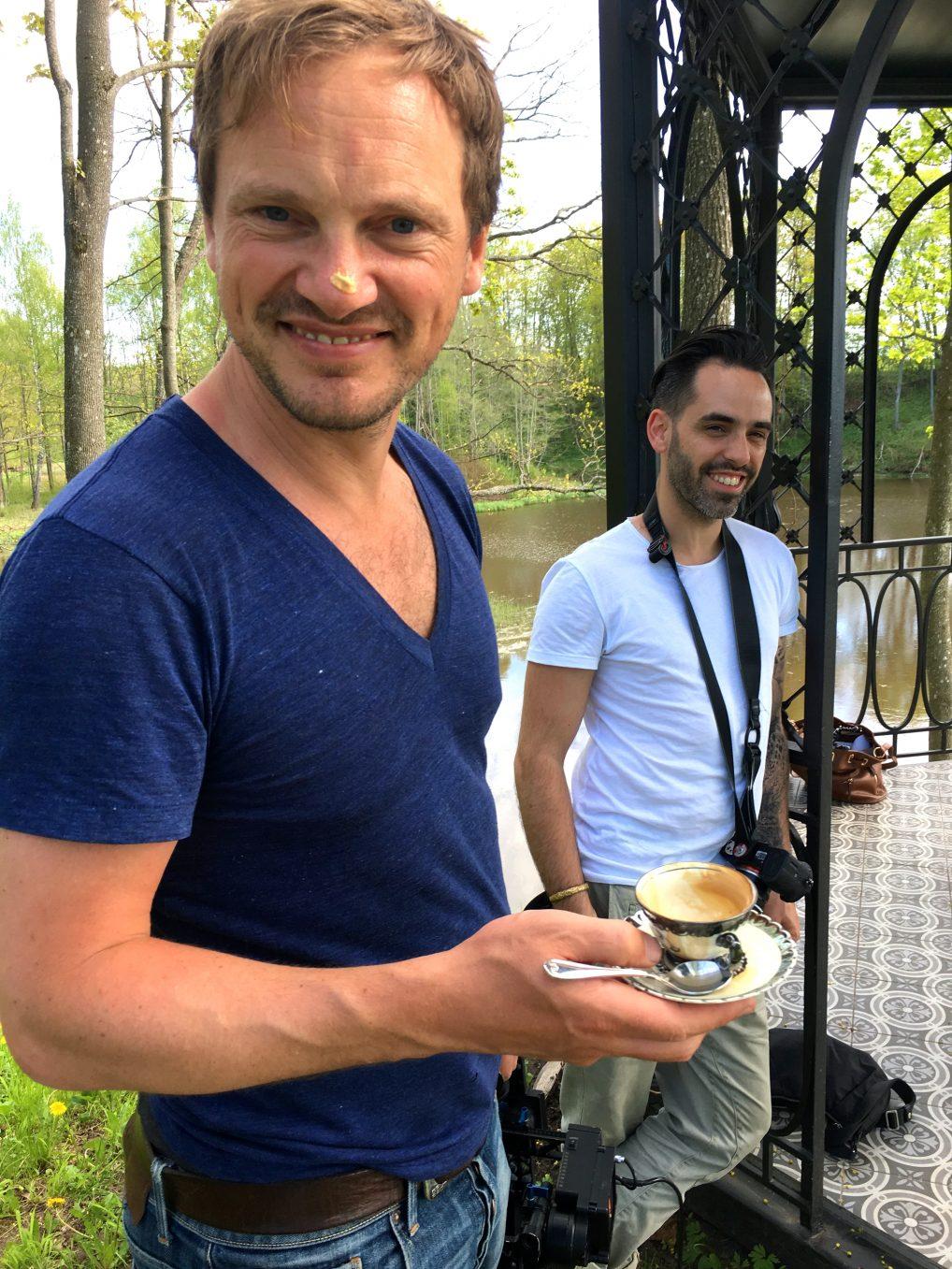 Caspar Dietrick og David Guersan fra Storytravelers lager film fra Latvia. Da må det mange kopper kaffe til!