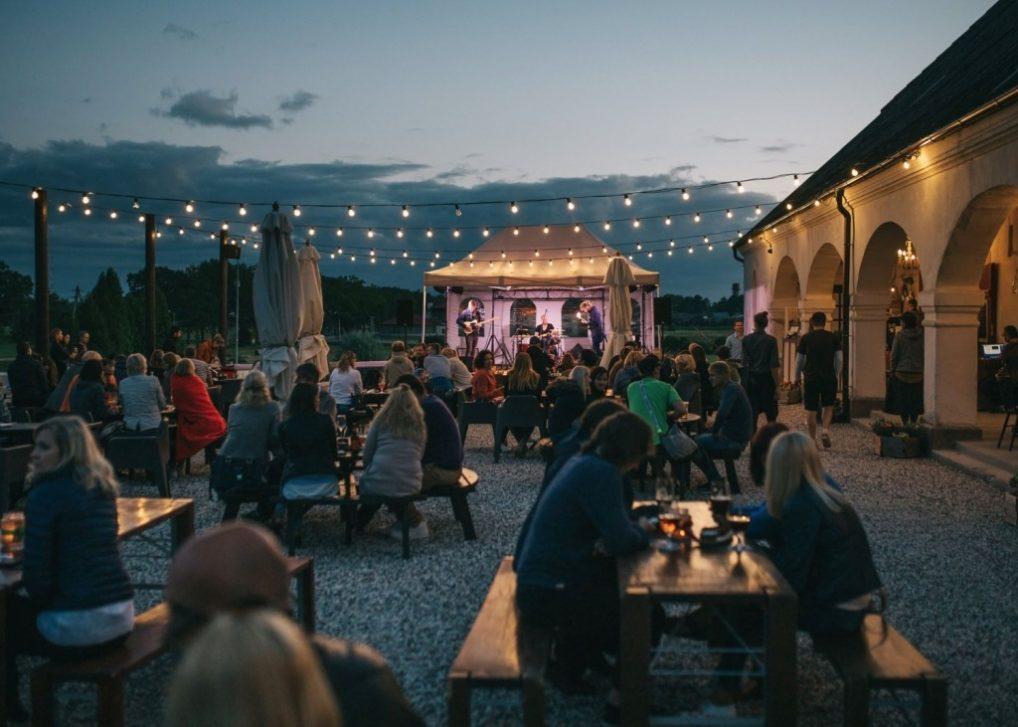Uteområdet på kveld, de har både konserter og festivaler her. Bildet er fra bryggeriets hjemmeside.
