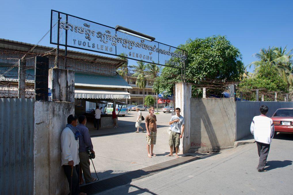 Tuol Sleng - folkemord står det på inngangskiltet. Enkelt og brutalt.