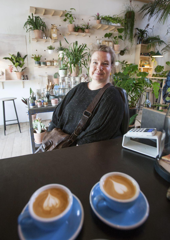 Plantekafeen er en av de små og unike kafeene i kulturbyen. Kirsten K. Kester elsker å nyte både kaffe og stillheten her blant plantene.