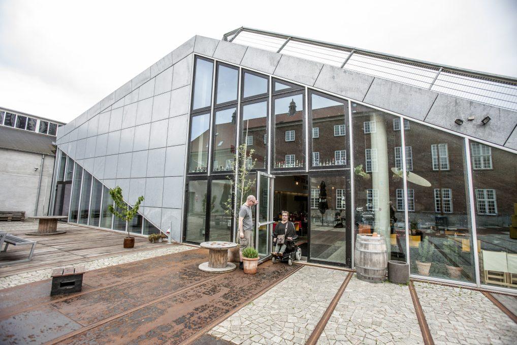 Området rundt Godsbanen heter Institut for X og er et lite Christiania i Århus. Det skal derimot erstattes av moderne bygninger innen få år.