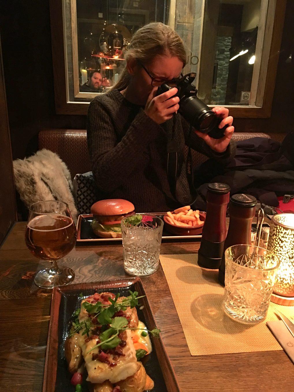 Winnie Sørensen dokumentere hvalen. Ikke nødvendigvis politisk korrekt å spise, men dette er lokal mat.