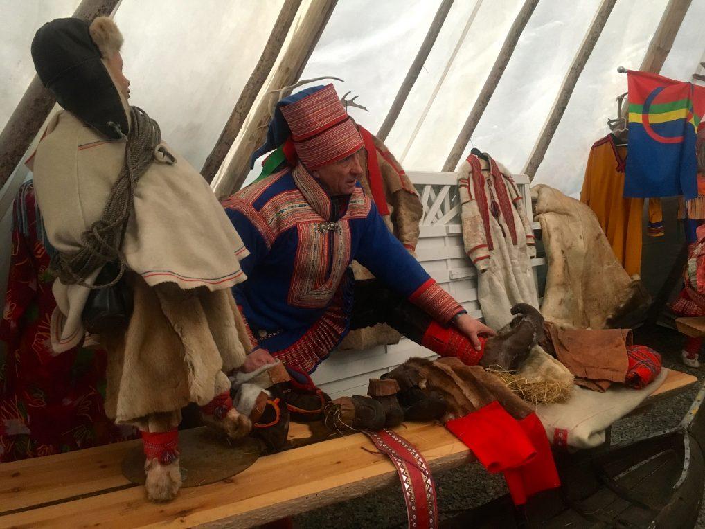 Nils Henrik Sara er reindriftssame, og forteller her om skallene og hvorfor de er utformet slik de er.