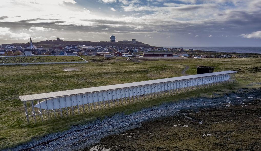 Steilneset Memorial ligger synlig til. Et kunstverk som er en del av Nasjonal Turistveg Varanger.
