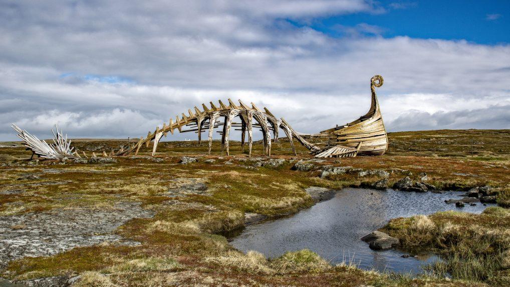 Drakkar-Leviathan er laget av den russiske kunstgruppen Taibola, og våkter majestetisk over Bussesundet.