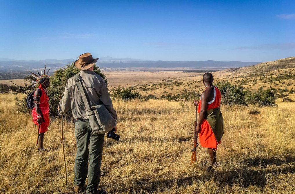 Å gå gir er en helt annen opplevelse enn å kjøre, og er noe som bør stå på en safariliste. Her er det to masaier som tar Andy Higgs med på en vandre-safari i Lewa Wildlife Conservancy i Kenya. Foto: privat