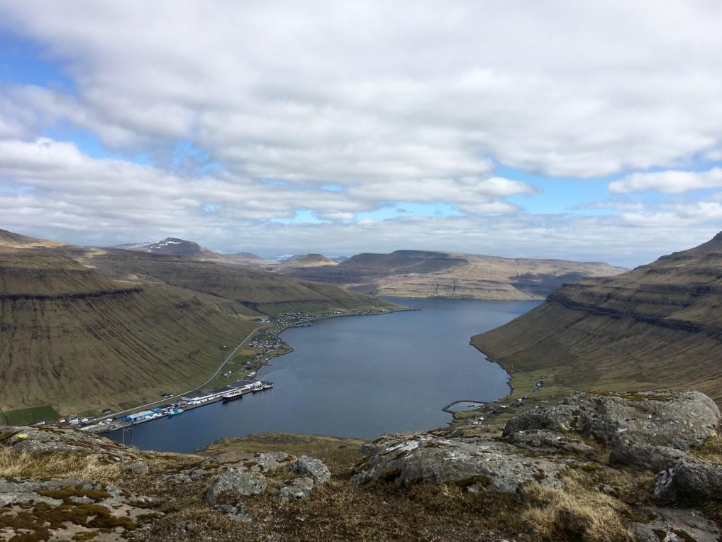 Oyggjarvegin utsikt over fjell og vann