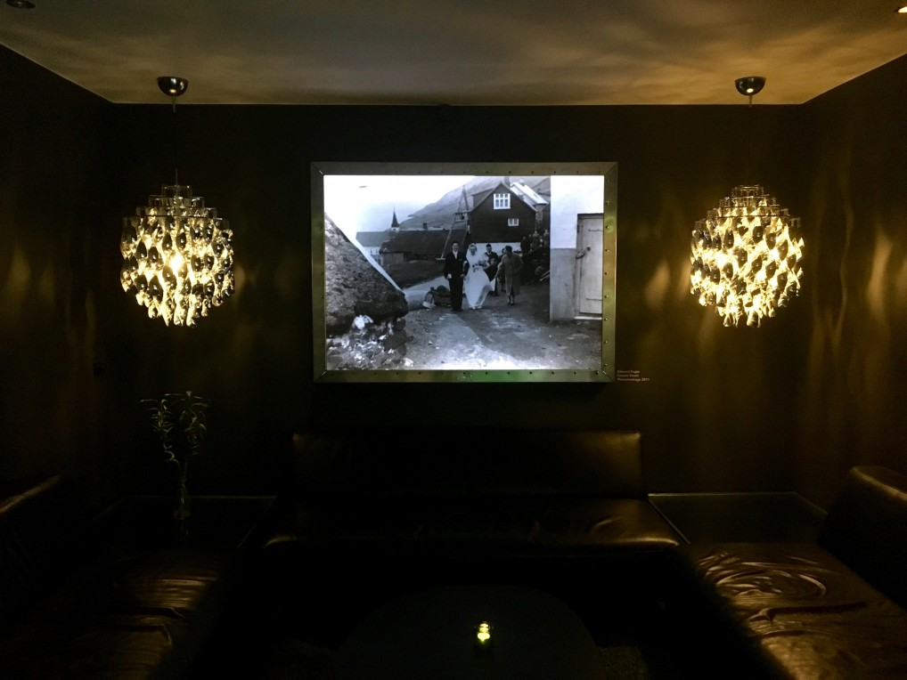 Fotokunst på veggene, lysekroner og skinnsofaer