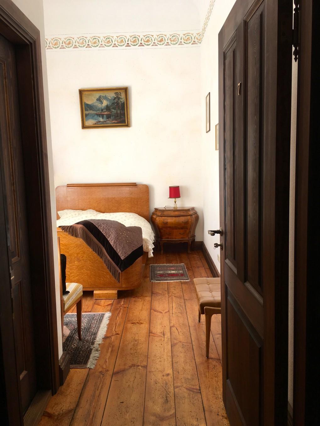 Rom med gamle møbler