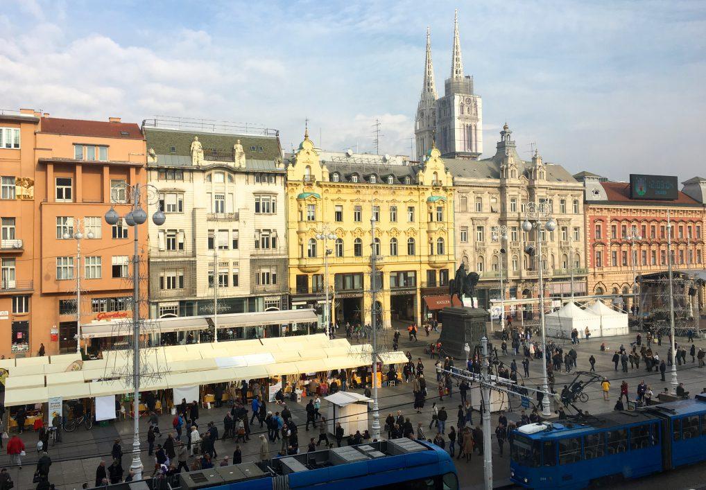 Utsikten fra rom i tredje etasje ut mot byens torg. Og dermed får du også litt byliv med på kjøpet.