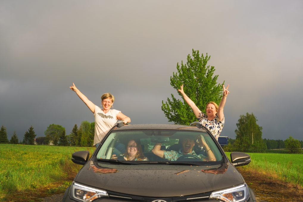 Litt regn, hva gjør vel det? Kan bli fin regnbue av det, og morsomme bilder. Her er jeg med Annette fra Travellingmunk, i bilen sitter Helena fra Oh Darling og Caspar fra Storytravelers.