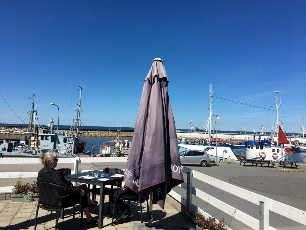 Østerby havn har mange restauranter og fiskebåter som gir deg sjøkreps, et varemerke for Læsø.