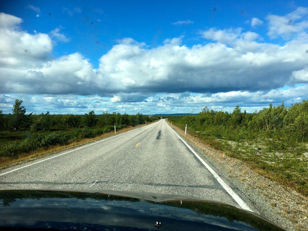 Fra Stavanger til Alta er det rundt 2200 kilometer. Vi kjørte via Oslo, så Sverige og Finland og hadde gode veier hele tiden. 2 overnattinger i Oslo og Skellefteå, og så var vi fremme.