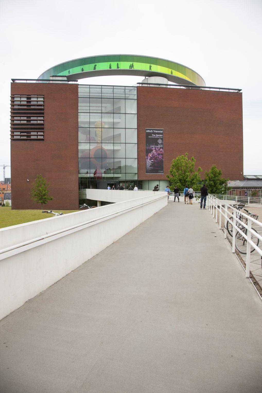 ARoS med sin karakteristiske regnbuen er med sine ni etasjer og 17.700 kvadratmeter et av Nord-Europas største kunstmuseer.