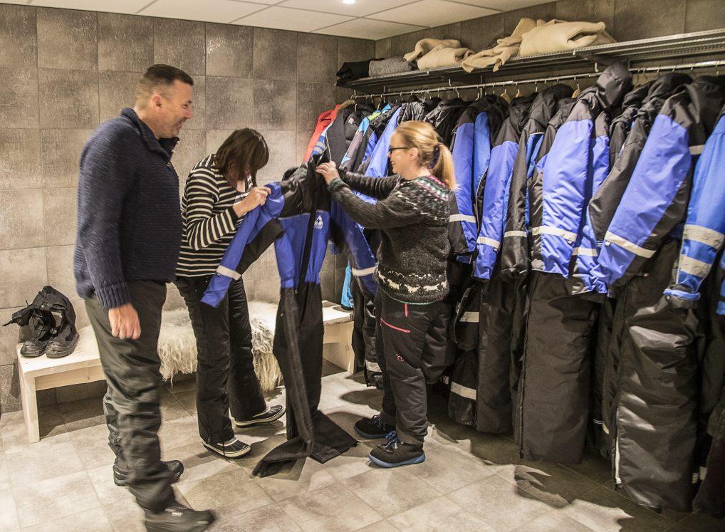 Har du ikke nok varme klær med, får du låne skuterdress hos Glød. Det kan nemlig bli endel venting, og da blir det ofte kaldere enn du tror.