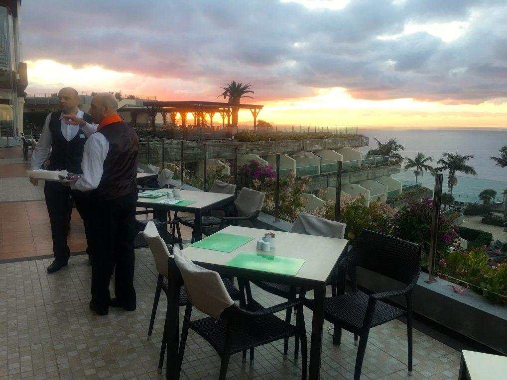 Effektive, blide og serviceglade kelnere på Pestana Carlton Madeira.