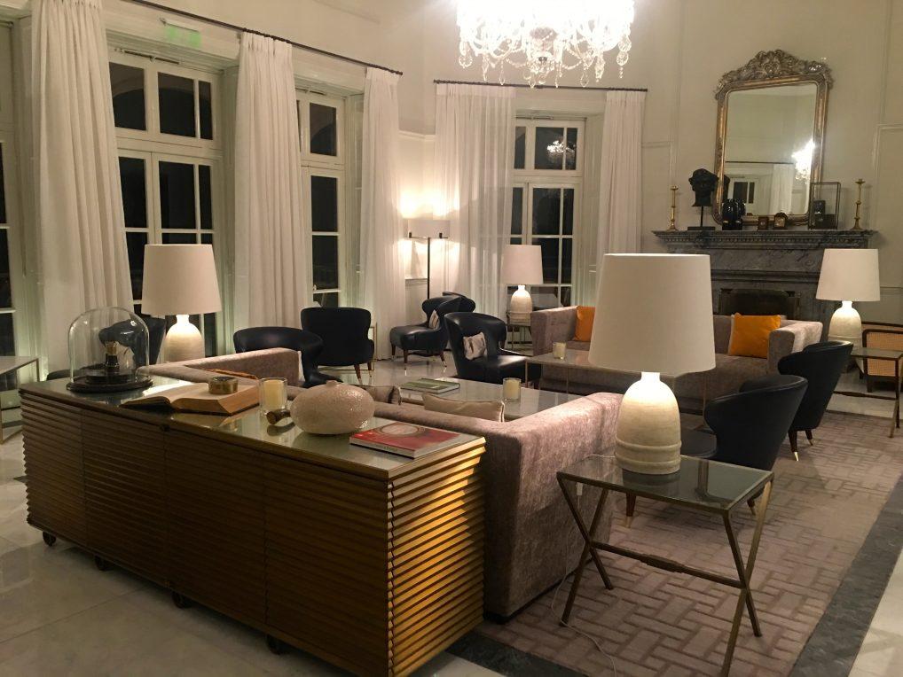 Lobbyen på Reid's Palace. Balkongen for afternoon tea og drinker er ut dørene midt på bildet.