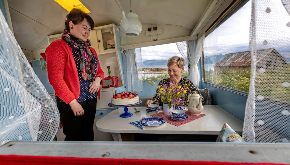 Vesterålen: Nydelige kaker og te hos Betty's tesalong på Hadseløya- som bor sammen med flotte Galleri Uver - Alltid reiseklar
